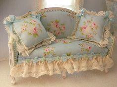 https://i.pinimg.com/236x/b8/77/7d/b8777d3acb907231dc150a78344ee7dc--shabby-chic-sofa-shabby-chic-style.jpg