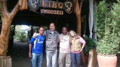 David y María con sus acompañantes de viaje en el hotel de Amboseli