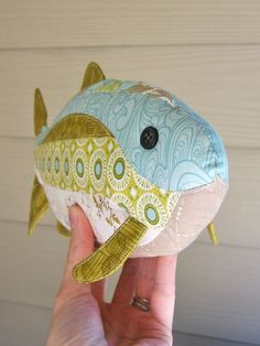 fabric toys My friend Dorothy came up the pattern for this cute fish. She asked me to make one to check her directions before she puts it for sale. Fitting the curved pieces together was a Fabric Toys, Fabric Art, Fabric Crafts, Sewing Toys, Sewing Crafts, Sewing Projects, Art Projects, Fish Patterns, Sewing Patterns