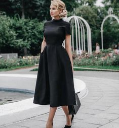 Un vestido negro es básico para todo el año #littleblackdress #blackisback #trends #beautiful