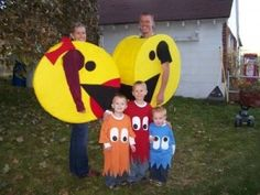 Might need to have a halloween party just so i can do this! ! DIY PacMan Costume.  Love this!  Family Halloween Costumes.