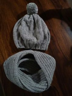 Knitting beanie and cowl