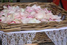 Rosenblütenblätter - Rose petals - Rosamunde Pilcher inspirierte Sommerhochzeit in Pfirsich, Apricot, Pastelltöne - Heiraten in Garmisch-Partenkirchen, Bayern, Riessersee Hotel, Seehaus am Riessersee - Hochzeit am See in den Bergen - Peach and Pastell wedding
