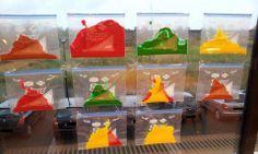 * Voelzakjes! Gewone schoolverf (de herfstkleuren) in ziplockzakjes (van de supermarkt). Zakjes met breed plakband aan het raam plakken zodat de sluitingen niet open kunnen gaan. Klusje van tien minuten waarmee je het voorbereidend schrijven en kleurenkennis kunt oefenen (en het is ook een goede sensorische oefening!)