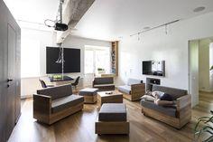 24坪左右的空間,屋主希望自己的家不是那種沒有個性的一般設計,於是找來俄羅斯的 Studio Ruetemple 建築師事務所,為這空間打造彈性運用、強大收納、機能齊全的好宅。沙發座位的隨意組合,大面積黑板牆收納櫃、結合電視的平面長桌,小孩房的攀爬收納空間,都讓人會心一笑,的確是好設計! via Studio Ruetemple