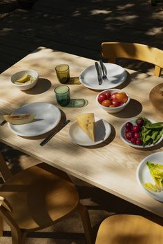 When designing Raami, Jasper Morrison considered the role that objects have in creating an atmosphere. A good atmosphere at the table frames the moment and promotes our enjoyment of the food and the company of the people around us. Group Of Friends, Kitchen Collection, Goods And Service Tax, Scandinavian Design, Dinnerware, Kitchen Dining, Tea Pots, Food Photography, Food Dinners