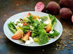 Raitajuuri marinoidaan keittämisen jälkeen, jolloin se saa makua. Päärynä ja fetajuusto tekevät salaatista ruokaisan.