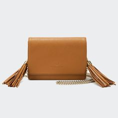 It is said that the way you hold your #handbag speaks much about your personality, temperament and the #mood of the moment. Whether you carry your cross-body bag in front of the body thus spitting out your feeling shy or wear your tote in the crook of elbow thus declaring status and position being your priorities, the fall/winter 2016-2017 handbags have their #powerful say in this sphere to maybe demolish your habitual handbag scheme and the way of holding them.