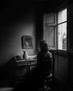 Discover recipes, home ideas, style inspiration and other ideas to try. Window Photography, Dark Photography, Black And White Photography, Portrait Photography, Foto Portrait, Portrait Studio, Emotional Photography, Light And Shadow, Photos