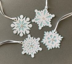Christmas Gift Card Holders, Holiday Gift Tags, Best Christmas Gifts, White Snowflake, Snowflakes, Wrapping Paper Bows, Dinosaur Valentines, Light Blue Background, Photo Craft