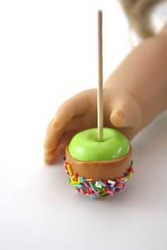 Caramel Candy Apple on a Stick with Sprinkles Food for American Girl Dolls. I'm in love with these miniatures! Cosas American Girl, American Girl Food, American Girl Parties, My American Girl Doll, American Girl Crafts, American Girl Clothes, American Doll Stuff, Crafts For Girls, Diy For Girls