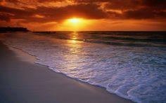 Na praia. Observando mais uma despedida do Sol. Natureza perfeita. Obra de Deus.
