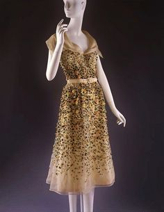 Vilmiron Christian Dior, 1952 The Metropolitan Museum of Art I really think if I was famous and/or could afford it, I'd mostly wear vintage Dior. Couture Vintage, Vintage Dior, Moda Vintage, Vintage Mode, Vintage Hats, Dior Fashion, 1950s Fashion, Fashion Models, Vintage Fashion