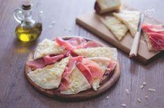 Farina, acqua e sale: una ricetta semplice quella del brustengo, tipico di Gubbio e dintorni, un antipasto da gustare con il prosciutto di Norcia.