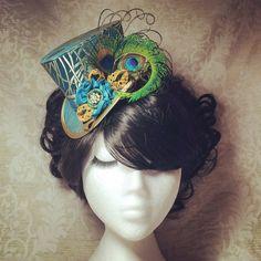 4 sombrero - Steampunk sombrero, sombrero de novia, sombrero Dieselpunk, boda sombrero, sombrero Burlesque, sombrero Retro, Hollywood Glamour, Vintage sombrero, sombrero victoriano, estilo Art Decó, alternativa, Kitsch, Offbeat, pura seda - hecho a mano sombrero mini llamado Vintage Peacock  Cubierto en un brocado de seda, bordado con plumas de pavo real estilizada en color turquesa, azul y oro. El sombrero está delicadamente decorado con rosetas hechas a mano en rosas de cinta de raso…