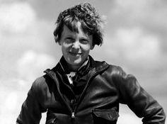 """Amelia Earhart - Um dia ela subiu em um avião. Os homens diziam que ela não sabia pilotar direito. De fato, ela tinha suas limitações no começo, assim como muitos homens. Aí ela resolveu dar uma voltinha e atravessar o atlântico e ela o atravessou. Quando pousou, em um pasto da Irlanda, um fazendeiro perguntou """"você veio voando de longe?"""" e ela respondeu """"da América!"""". Hoje, esse pasto é o museu Amelia Earhart. Ela desapareceu em 1937, ao tentar dar a volta ao mundo."""