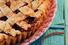 Rhabarberkuchen mit Vanillefüllung und Blätterteiggitter