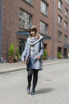Look da Danielle Noce com vestido, casaco comprido, lenço e oxford.