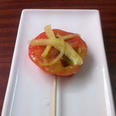 Piruleta de tomata de pera amb bitxo de #Girona #km0slowfood #menúagost #estiu#costabrava