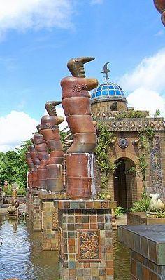 Francisco Brennand  Francisco de Paula de Almeida Brennand é um escultor e artista plástico brasileiro, nascido em 1927. É considerado um dos mais destacados ceramistas do país e desenvolve suas obras em seu atelier-oficina, onde às expõe ao ar livre, próximo à Recife, Pernambuco, Brasil.