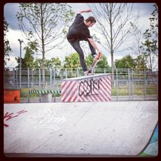 R1 skateboarder Conhuir Lynn front blunt crail