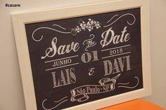 Placa Save The Date para você utilizar nas fotos pré wedding, no casamento e depois na decoração do lar doce lar! 😍  São estes detalhes que fazem toda diferença e que a Casare ama fazer! ❤️  Compre aqui https://www.elo7.com.br/casare/loja 😊