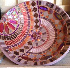 ideas for mosaic plates Mosaic Birdbath, Mosaic Tray, Mosaic Pots, Mosaic Crafts, Mosaic Projects, Mosaic Designs, Mosaic Patterns, Mosaic Flowers, Mosaic Pieces