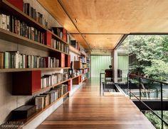 06 estante Piso e forro de madeira refletem luz nesta casa de vidro paulistana