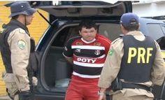 Homem é preso após retirar moto apreendida do pátio da PRF  Jailson foi preso no Sítio Chicão, na zona rural de Riacho das Almas  A Polícia Rodoviária Federal prendeu na manhã desta quarta-feira (27) um homem acusado de retirar um moto que tinha sido apreendida e que estava no pátio da PRF em Caruaru, no Agreste de Pernambuco.    A moto de placa KJF- 7723 foi apreendida em abril de 2012 pela PRF por estar com o licenciamento atrasado. Segundo a polícia, na mesma noite, o condutor do veícu