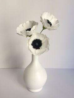 White Anemone Flower, Flower Vases, Flower Arrangements, Crepe Paper, Paper Flowers, Centerpieces, Bouquet, Bloom, Paper Crafts