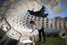 Como CODA utilizou centenas de cadeiras plásticas brancas para construir um pavilhão reciclável