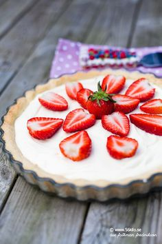 Paj med vit chokladmousse och jordgubbar LCHF, glutenfri Low Carb, glutenfree - Paj with white chocolate mousse and strawberries Raw Food Recipes, Dessert Recipes, White Chocolate Mousse, Sweet Bakery, Swedish Recipes, Bread Cake, Banana Cream, Lchf, Low Carb Desserts