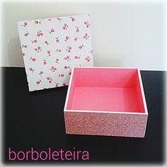 Rosa e branco. Estampa floral na parte superior e glitter na parte inferior.