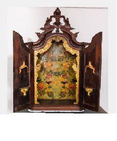 Oratório de jacarandá , de formato retangular, com 2 portas almofadadas revelando interior com pintu