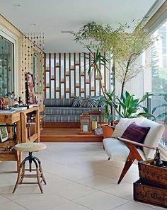 O proprietário contou com o trabalho das arquitetas Gabriela Marques e Claudia Tiezzi na reforma e na decoração do apartamento de 223 m². No terraço, figuram o banquinho industrial e o sofá, criado nos anos 1950 por José Zanine Caldas. A cortina de fuxico foi presente da irmã do proprietário
