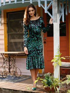 burda style, Schnittmuster - Dieses Kleid hat einen tiefen Rückenausschnitt und angesetzte Volants am Saum, die bei jedem Schritt mitschwingen, Nr. 120 aus 05-2013 und zum Download