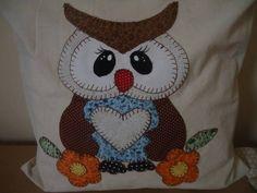 Capa para almofada em algodão cru, tamanho 40x40cm, com ziper e aplicação de enfeites em patchapliquê R$ 80,00