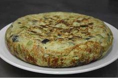 Tortilla de calabacín y berenjena - receta Cheese Omelette, Vegetarian Lunch, Sin Gluten, Bon Appetit, Tapas, Banana Bread, Yummy Food, Healthy Recipes, Snacks
