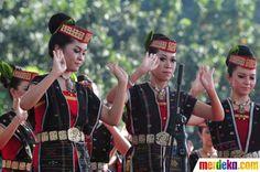 Sejumlah penari menarikan tari tor-tor yang disajikan dalam rangka festival budaya Batak Bolon, di Jakarta, Minggu (1/7).