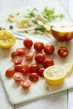 Cherrytomaatjes, citroen, appel, rozijn, witte kool en veldsla vormen de basis voor deze knapperige sal..