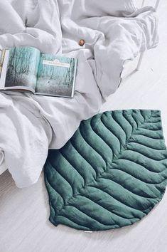 Stilvolle Matte im natürlichen Stil in Form eines Blattes. Er kann für ein Kind als Teppich dienen oder als Bettvorleger in seinem Schlafzimmer verwendet werden. Für aktive Spiele und faul Ruhe, für schöne Bilder und so ziemlich alles. Die Vorderseite des Blattes ist in
