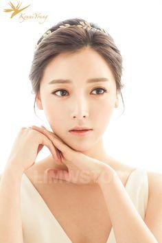 wedding makeup korean Look at the beautiful Kyungnyeong Wedding Hair amp; MAKE UP SAMPLE Bridal Hair Tiara, Hairdo Wedding, Wedding Headband, Wedding Hair And Makeup, Bridal Makeup, Hair Makeup, Tiara Hairstyles, Pretty Hairstyles, Wedding Hairstyles