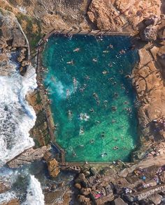 Piscina de roca Mahon, Maroubra Beach, Sydney, Australia by Gabriel Scanu Fotografia Drone, Drones, Monuments, Sydney Beaches, Beach Hacks, Aerial Images, Aerial Drone, Rock Pools, Birds Eye View