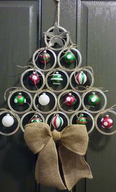 -Canning/mason jar lid christmas tree door hanger…adorable! Canning/mason jar lid christmas tree door hanger…adorable! Pot Mason Diy, Mason Jar Lids, Mason Jar Crafts, Canning Lids, Jar Lid Crafts, Mason Jar Christmas Crafts, Christmas Projects, Holiday Crafts, Christmas Ideas
