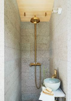 Stylish spa facilities in gray Öland stone. Shower and faucet in brass from Tapwell, lighting, Ifö. Brushes of Norrgavel.