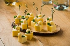 Borreltje kaas Finger Food Appetizers, Appetizer Recipes, Party Snacks, Yummy Cakes, Tapas, Food Inspiration, Panna Cotta, Fruit, Healthy