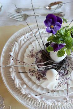 ♥ the mix of plate patterns inspirationlane:    (via I Like Pretty Dishes)