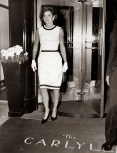 Jackie Kennedy leaves the Carlyle Hotel during happy trip to New York City. Caroline Kennedy, Estilo Jackie Kennedy, Les Kennedy, Jacqueline Kennedy Onassis, Mary Quant, Janis Joplin, Twiggy, Grace Kelly, Southampton