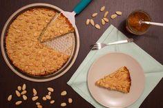 La sbrisolona con marmellata di albicocche è un dolce semplice e gustoso, ideale per ogni momento della giornata.