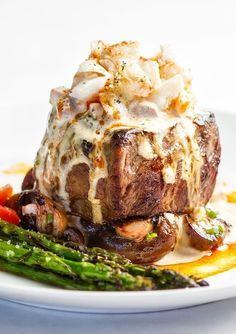 This absolutely decadent steak oscar recipe combines 4 of my favorite foods; a darn good steak, crab, asparagus and Hollandaise sauce. And yes, Hollandaise IS a food all by itself, or so it is in my dinner steak Steak Oscar Recipe Meat Recipes, Seafood Recipes, Gourmet Recipes, Cooking Recipes, Meatloaf Recipes, Steak Oscar, Oscar Style Steak, Steak Toppings, Oscar Food